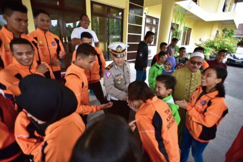 SEMANGAT: Para atlet INKANAS Situbondo foto bersama Wakapolres dan Kasat Lantas Polres Situbondo. (imam)