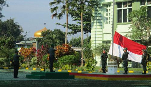 UPACARA :Dandim 0818 Letkol Inf Ferry Muzawwad S.IP saat memimpin upacara bendera Senin pagi bertempat di lapangan upacara Makodim 0818