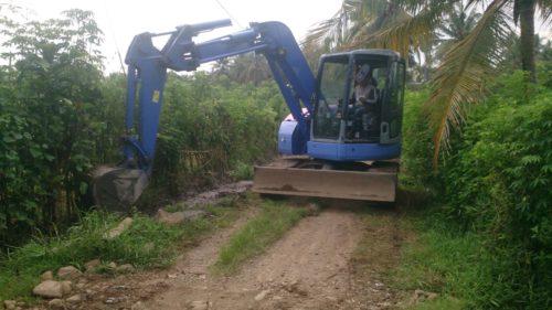 Alat berat PT BSI sedang melakukan pengerukan untuk perbaikan infrastruktur yang ada di Desa Sumberagung.