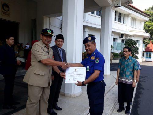 PMK:  Sekda Kota Malang Wasto memberikan piagam kepada Josse Bello Kepala UPT PMK Kota Malang . Bangunan Brandweer Kota Malang diteyapkan sebagai bangunan cagar budaya Kota Malang. (gie)