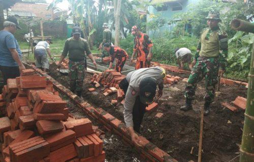 SINERGITAS : Pembangunan rumah Hermawan, korban angin puting beliung yang melibatkan anggota TNI Polri serta masyarakat