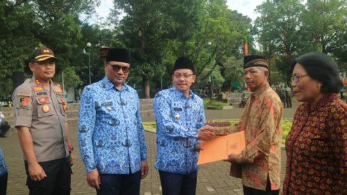 Walikota Malang serahkan piagam untuk ASN yang purna tugas. (hms)