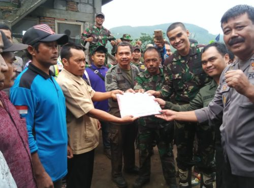 BANTUAN :Danramil 26 Singosari Kapten Arm Abdul Kodir bersama Muspika Kecamatan Singosari saat memberikan bantuan dana pembangunan masjid di Dusun Banyol Pusung