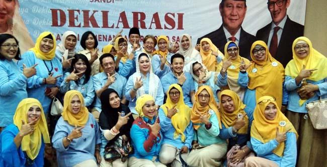 Para relawan berfoto bersama Titiek Soeharto dan Moreno Soeprapto. (rhd)