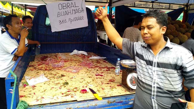 Juari menunjukkan buah naga di atas pickup ludes diserbu pembeli. (rhd)