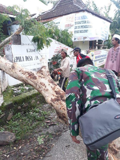 BERANTAKAN: Kondisi rumah warga rusak akibat tertimpa pohon di Desa Kendit, Kecamatan Kendit. (im)