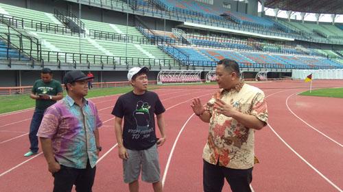 Wakil Wali Kota Surabaya yang juga Bapaknya Bonek,  Whisnu Sakti Buana mengecek capaian renovasi Stadion GBT, Jumat (4/1/2019).