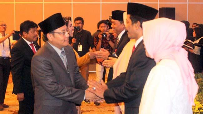 Walikota Malang Sutiaji memberikan ucapan selamat jalan kepada sahabatnya, Dudi Herawadi. (rhd)
