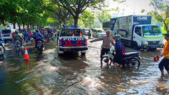 Jalan Raya Juanda Banjir, Banyak Motor Mogok