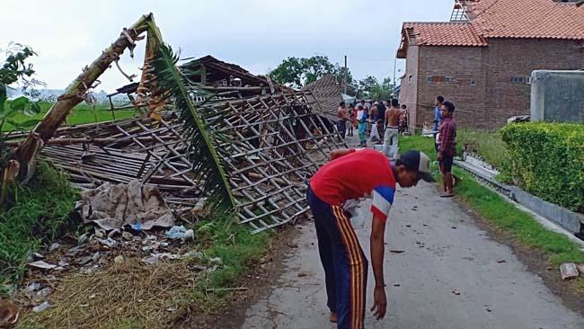 Tiga Desa di Kecamatan Gending Disapu Puting Beliung