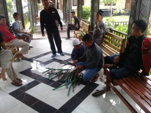 Warga Kebunan Pakem Naik Pickup Rame-rame ke Polres Bondowoso