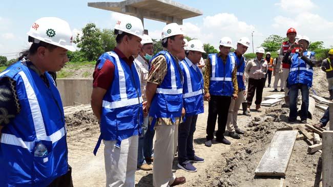 SIDAK - Anggota Komisi V DPR RI, Bambang Haryo Soekartono menggelar sidak proyek Long Storage Kalimati, Kecamatan Tarik, Kabupaten Sidoarjo yang bakal digunakan pasokan air PDAM, Selasa (26/2/2019)