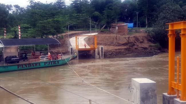 KONTRAS :   Tampak depan gambar proyek dermaga penyeberangan  sungai Tulungagung-Blitar yang didesain konsultan  PT Geanara Pratama Konsultan dan finishing dermaga penyeberangan  di akhir Januari 2019 yang sudah ditinggalkan kontraktor. (dok/ari)