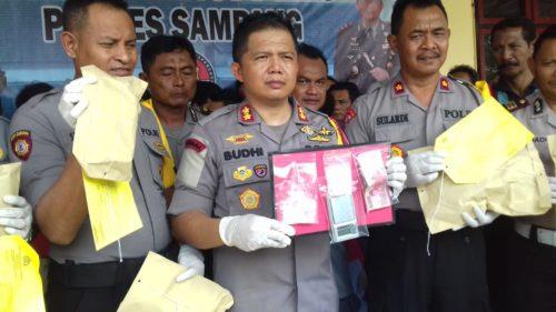 Kapolres Sampang AKBP Budi Wardiman menunjukkan barang bukti narkoba saat jumpa pers