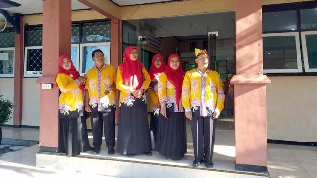 Kepala Sekolah SMPN 3 Genteng, Tukimun berserta jajaran dewan guru SMPN 3 Genteng. (tut)