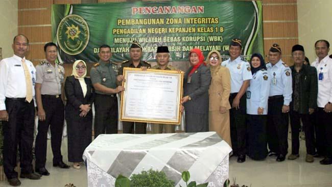 BERSAMA : Dandim 0818 Letkol Inf Ferry Muzawwad SIP bersama Plt Bupati Malang H.Sanusi foto bersama dengan Forpimda Kabupaten Malang. (ist)