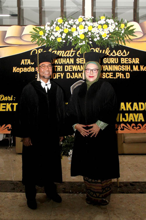 Dua Guru Besar baru UB (pojok depan kanan), masuk dalam barisan Senat UB. (rhd)