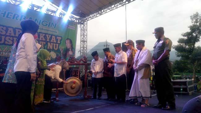 PEMBUKAAN : Walikota Batu Dewanti Rumpoko saat melakukan pemukulan gong tanda dibukanya pasar rakyat dalam rangka Harlah ke-73 Muslimat NU. (Istimewa)