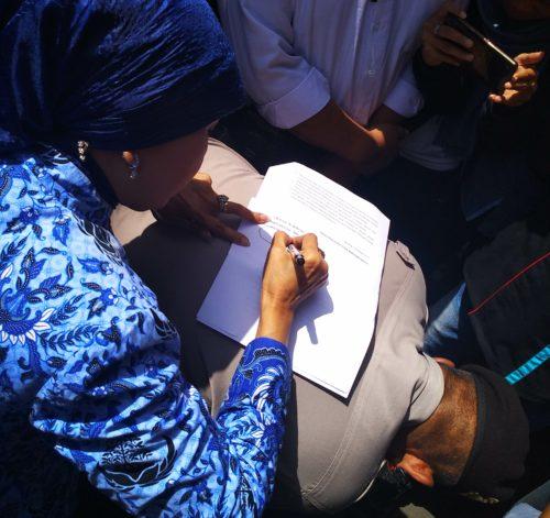 Zubaidah menandatangani tuntutan massa. (rhd)