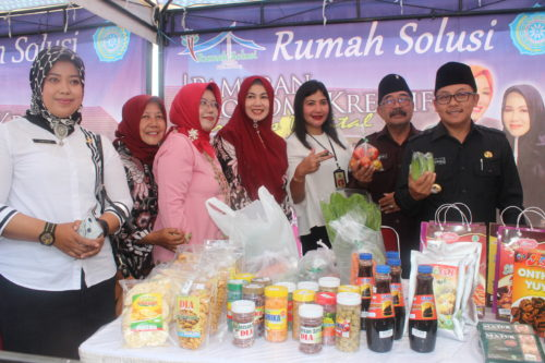Walikota Malang Sutiaji mengunjungi salah satu stand bazar UMKM. (rhd)