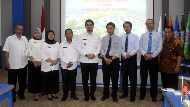 Wakil Walikota Pasuruan bersama staf ahli, berfoto bersama Direktur dan Wakil Direktur Polinema. (rhd)