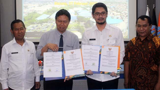 Direktur Polinema dan Wakil Walikota Pasuruan menunjukkan MoU kedua pihak. (rhd)