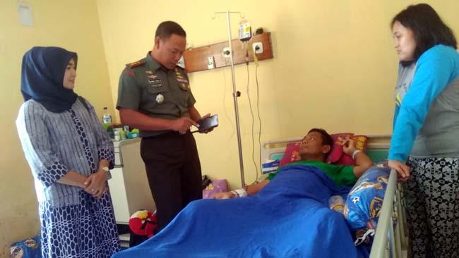 Dandim Lamongan Bezuk Pensiunan TNI di RSUD Soegiri Lamongan