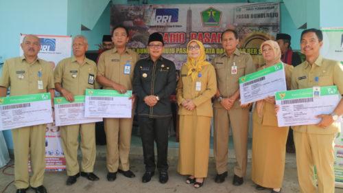 Penyerahan secara simbolis kartu Indonesia Sehat kepada 5 Camat Kota Malang. (ist)