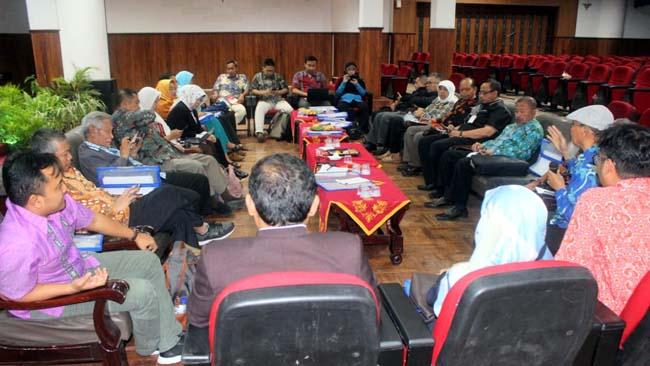 Kongres Adopkop merespon usulan Deputi Bidang Kelembagaan Kementerian Koperasi dan UKM RI. (rhd)