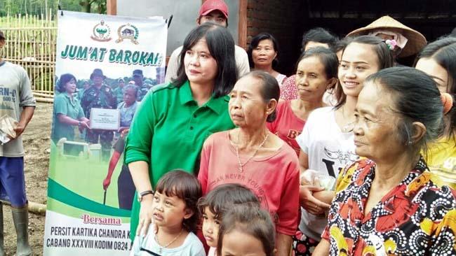 KEBERSAMAAN : Ketua Persit KCK Cabang Kodim 0824/Jember, Ny Diah Anita Pratiwi bersama warga yang berada di lokasi kegiatan TMMD ke-104 dilaksanakan. (ist)