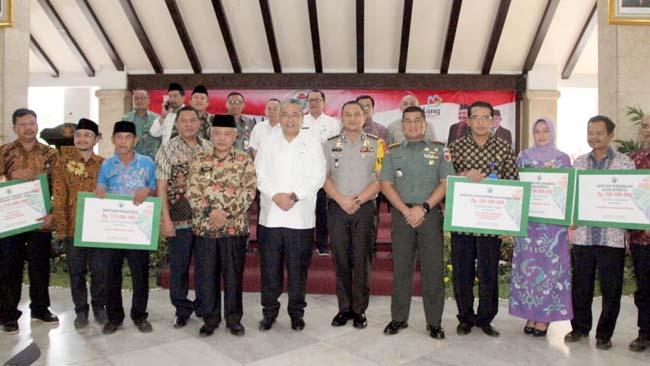 FOTO BERSAMA :Dandim 0818 Letkol Inf Ferry Muzawwad S.IP bersama Menteri Desa PDTT Eko Putro Sandjojo foto bersama Forpimda Kabupaten Malang