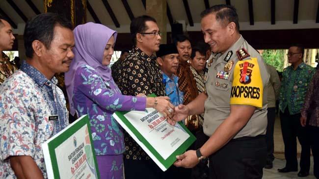 IKUT :Kapolres Malang AKBP Yade Setiawan Ujung secara simbolis ikut memberikan dana Desa dari Kementerian Desa PDTT RI