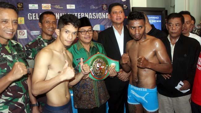 Defri Palulu (kanan) asal Indonesia dan Ivor Lastrella (kiri) asal Filipina, siap menjaga sportivitas. (rhd)