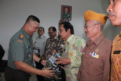 SOUVENIR : Dandim 0818 Letkol Inf Ferry Muzawwad, S.IP saat memberikan souvenir kepada purnawirawan TNI AD