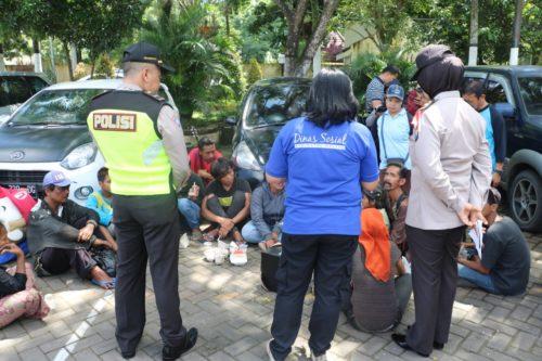 PENGARAHAN :Anggota Polres Malang saat memberikan pengarahan para anjal dan pengamen yang terjaring Ops Pramanisme