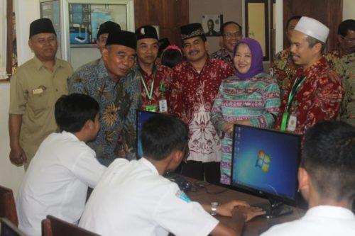 Tanya jawab Mendikbud Prof. Dr. Muhadjir Effendy M.Pd, dengan peserta UNBK di SMK El Hayat. (rhd)