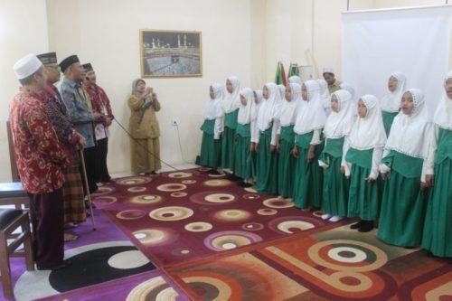 Muhadjir ikut bersenandung lagu Islami bersama siswa Ponpes Al Hayatul Islamiyah, dalam satu area beberapa sekolah. (rhd)