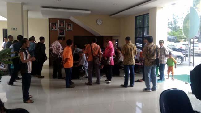 Para Balon Kades Penuhi Bagian Pelayanan Terpadu Satu Pintu. (H Mansyur Usman/Memontum.Com)