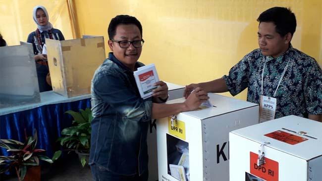 Usai mencoblos, Sutiaji memasukkan surat suara. (rhd)