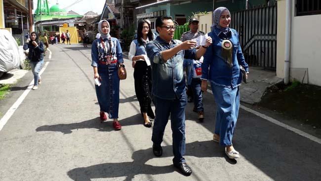 Sutiaji bersama keluarganya berjalan menuju TPS 02. (rhd)