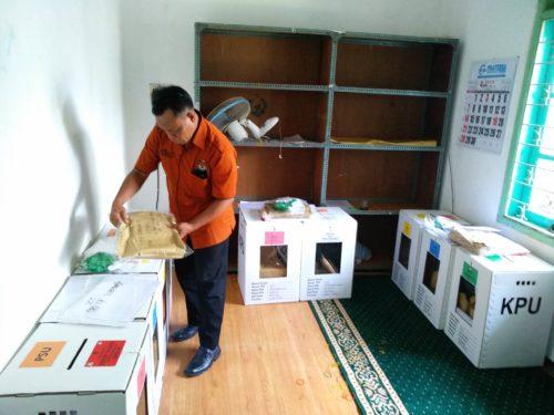 Petugas KPU Kota Malang mempersiapkan logistik kebutuhan PSU. (rhd)