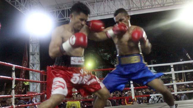 Aksi baku pukul Tibo Monabesa (kanan) melawan Witawas Basapean (kiri). (rhd)