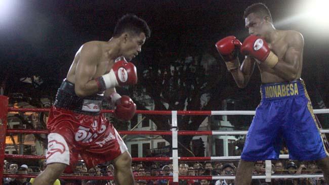 Tibo Monabesa dari Indonesia (kanan) melawan Witawas Basapean asal Thailand (kiri). (rhd)