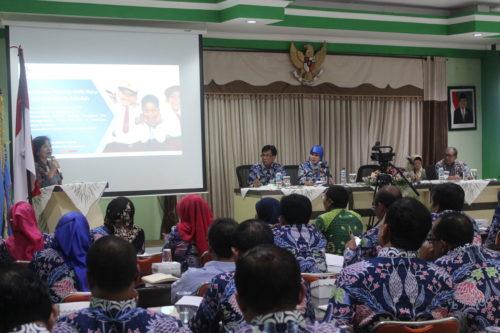 Staf Ahli Bidang Regulasi Pendidikan dan Kebudayaan Kemendikbud RI, Chatarina Muliana Girsang, SH, SE, MH, menyampaikan beberapa Permendikbud. (rhd)