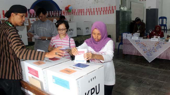 Pemilih memasukkan surat suara di TPS 17 Kelurahan Sukoharjo, Kecamatan Klojen. (rhd)