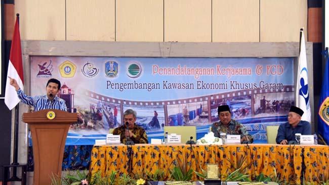 Wagub Jatim saat membuka Penandatanganan Kerjasama dan Forum Group Discussion (FGD) KEK Garam di Universitas Trunojoyo Madura