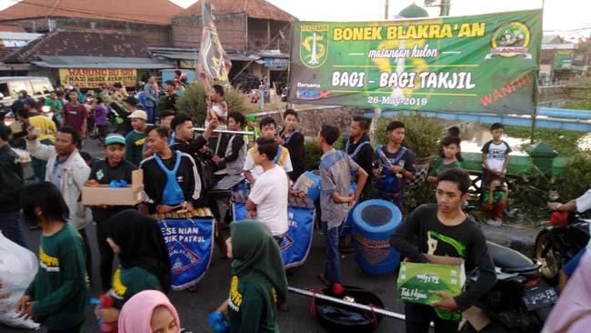 MACET TOTAL : Acara pembagian takjil yang dilaksanakan Bonek Masangan Kulon Kecamatan Sukodono sempat memicu kemacetan hingga 1 km. (jib )