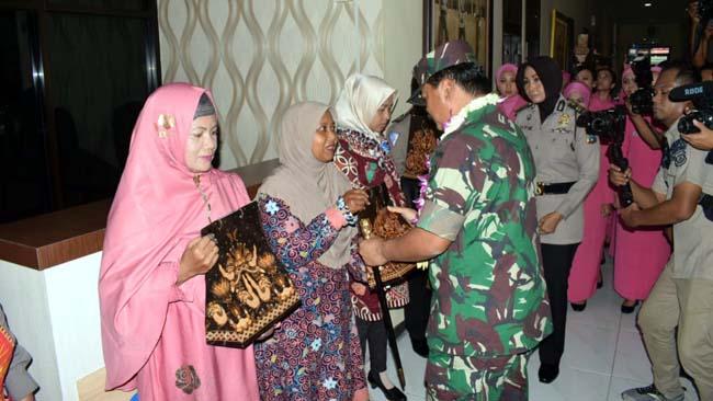 TALI ASIH - Kapolri Jenderal Polisi Tito Karnavian dan Panglima TNI Marsekal TNI Hadi Tjahjanto memberikan tali asih kepada para istri pejuang demokrasi yang telah gugur di Polresta Sidoarjo dalam rangkaian Safari Ramadhan, Sabtu (11/05/2019)