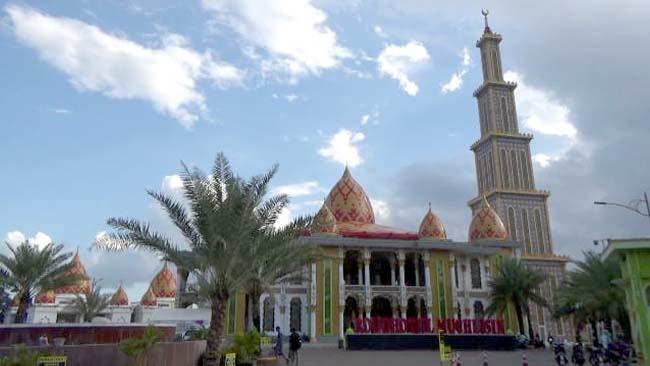Bangunan Masjid Roudlotul Muchlisin yang terletak di Kaliwates Jember yang mirip dengan masjid di Turki