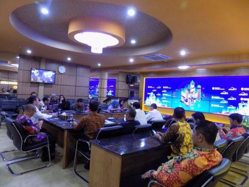 BERSINERGI: Pertemuan lintas kementerian dengan pihak-pihak terkait di ruang IR (intelegence room) Pemkab Situbondo, kemarin (im)